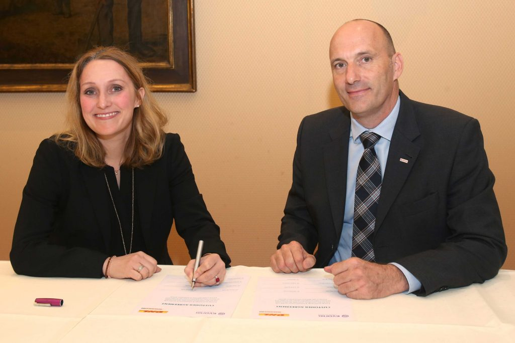 Putting ink to the paper on the new partnership: Dr. Martina Fohr, Global Head of Chemicals and Energy DHL Freight, (left) und Dr. Franz Merath, Senior Vice President Logistics, Evonik Technology & Infrastructure GmbH. [Photo: DHL]