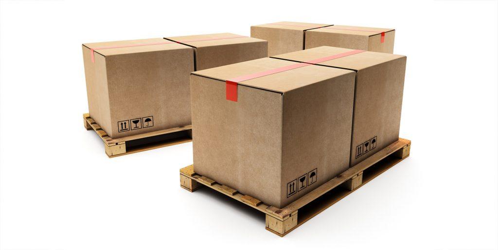 Kartons sind auf Paletten gestapelt. Bis zu sechs Palettenplätze dürfen von einer LTL-Sendung bei DHL Freight belegt werden.