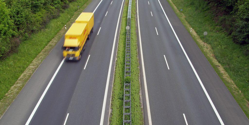 Ein einzelner Lkw fährt auf der Autobahn. In seinem Frachtraum befinden sich manchmal Teilladungen (LTL) verschiedenster Versender.
