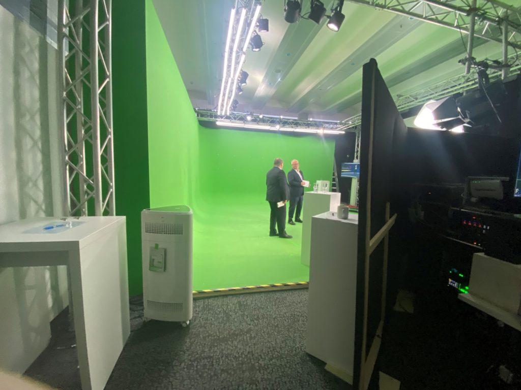 Head of Human Resources, David Urban (links), und CEO Uwe Brinks im Green Screen-Studio von DHL Global Event Logistics: Sie sehen erst einmal nur grün.