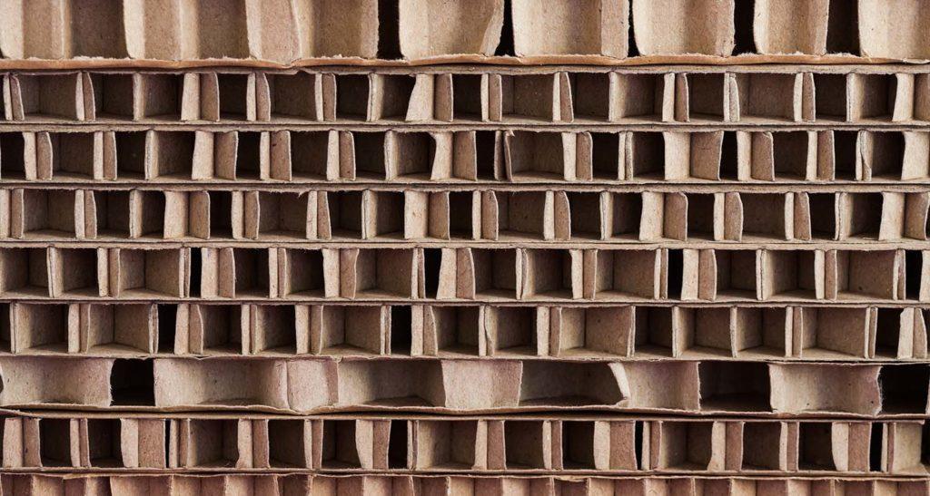 Pappe ist ein preisgünstiges und optimal recyclingfähiges Material für Paletten. Langlebigkeit zählt allerdings nicht zu ihren Stärken.