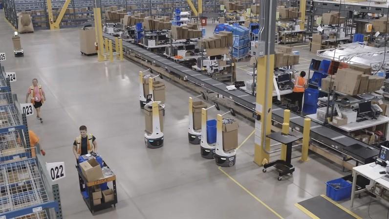 Assisted Picking-Roboter (in der Bildmitte) senken den Zeitaufwand für das Kommissionieren in Lagerhallen