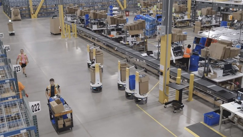 Assisted picking robots (in the center of the picture) reduce the time required for picking in warehouses.